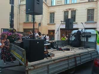 Кузов «Газели» стал концертной площадкой